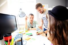 Reunión de compañeros de trabajo y pasos siguientes del planeamiento del trabajo Imagenes de archivo