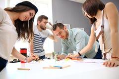 Reunión de compañeros de trabajo y pasos siguientes del planeamiento del trabajo Fotos de archivo libres de regalías