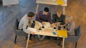 Reunión de compañeros de trabajo y pasos siguientes del planeamiento del trabajo Imagen de archivo