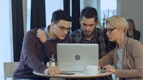 Reunión de compañeros de trabajo y pasos siguientes del planeamiento del trabajo con el ordenador portátil Foto de archivo