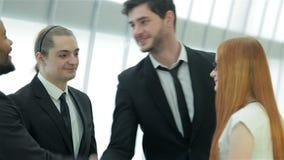 Reunión de cuatro socios comerciales almacen de metraje de vídeo