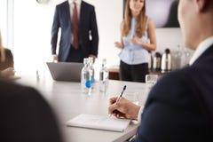 Reunión de grupo de Making Notes At del hombre de negocios alrededor de la tabla en día graduado de la evaluación del reclutamien fotos de archivo libres de regalías