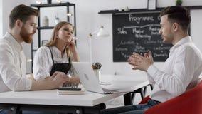 Reunión de la discusión del equipo del negocio para el plan de trabajo acertado en oficina creativa metrajes