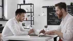Reunión de la discusión del hombre de negocios para trabajar o el planeamiento acertado en oficina almacen de video