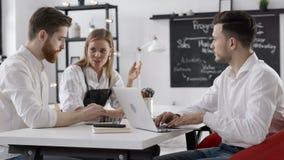 Reunión de la discusión del hombre de negocios para trabajar o de Team Planning en oficina moderna almacen de metraje de vídeo