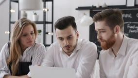 Reunión de la discusión de la unidad de negocio para Team Work Plan en oficina creativa