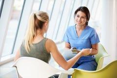 Reunión de la enfermera con el adolescente en hospital moderno Imagen de archivo libre de regalías