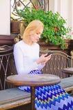 Reunión de la espera de la muchacha con los amigos Arregle la cita en red social Concierte la cita Cara ocupada de la mujer con s imagenes de archivo