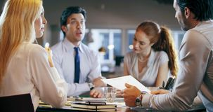 Reunión de la oficina del trabajo del equipo del negocio corporativo Cuatro personas caucásicas del hombre de negocios y de la em almacen de video