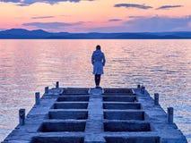 Reunión de la puesta del sol por el mar fotografía de archivo libre de regalías