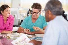 Reunión de las personas en oficina creativa Fotos de archivo