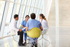 Reunión de las personas médicas alrededor del vector en hospital Fotos de archivo