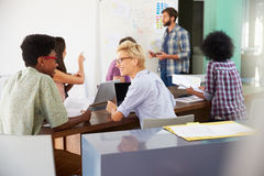Reunión de Leading Creative Brainstorming del encargado en oficina imagenes de archivo