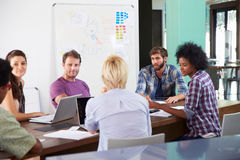 Reunión de Leading Creative Brainstorming del encargado en oficina fotografía de archivo