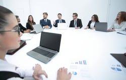 reunión de los accionistas de la compañía en la mesa redonda fotografía de archivo libre de regalías