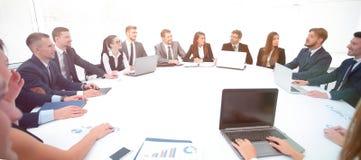 reunión de los accionistas de la compañía en la mesa redonda imagen de archivo libre de regalías