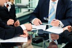 Reunión de negocios con el trabajo sobre contrato Imágenes de archivo libres de regalías
