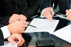 Reunión de negocios con el trabajo sobre contrato Fotografía de archivo libre de regalías