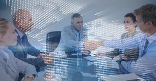 Reunión de negocios con la capa gráfica del mapa azul detrás contra fondo gris fotos de archivo