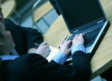 Reunión de negocios con la computadora portátil Imágenes de archivo libres de regalías