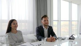 Reunión de negocios con la secretaria y el jefe en la sala de reunión, candidata en oficina moderna en la entrevista, apretón de  metrajes