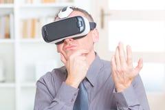 Reunión de negocios con las auriculares de la realidad virtual fotos de archivo