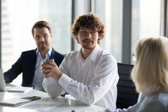 Reuni?n de negocios del control del hombre de negocios con el socio que considera la colaboraci?n fotografía de archivo