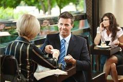 Reunión de negocios en café Imagen de archivo libre de regalías