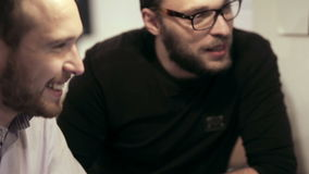 Reunión de negocios en café el equipo está utilizando la tableta almacen de video