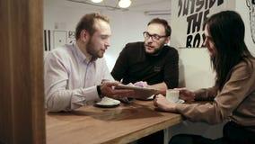 Reunión de negocios en café el equipo está utilizando la tableta metrajes