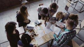 Reunión de negocios en la oficina moderna Opinión superior el grupo de personas multirracial que trabaja cerca de la tabla junto metrajes