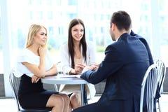 Reunión de negocios en una oficina Foto de archivo