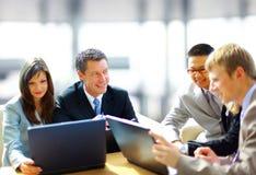 Reunión de negocios - encargado que discute el trabajo Foto de archivo