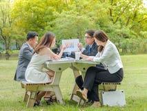Reunión de negocios fuera de puertas Foto de archivo libre de regalías