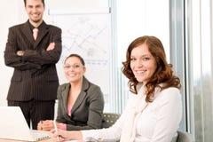 Reunión de negocios - grupo de personas en oficina imagenes de archivo