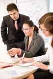 Reunión de negocios - grupo de personas en oficina fotos de archivo