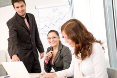 Reunión de negocios - grupo de personas en oficina Imágenes de archivo libres de regalías