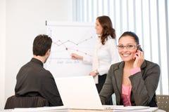 Reunión de negocios - grupo de personas en oficina foto de archivo