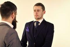 Reunión de negocios Hombres en trajes clásicos, hombres de negocios, socios comerciales que se encuentran, fondo blanco, aislado  Imagenes de archivo