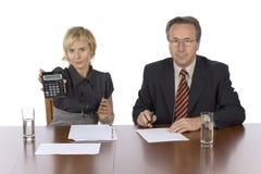 Reunión de negocios - la mujer visualiza la calculadora imágenes de archivo libres de regalías