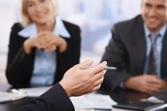 Reunión de negocios, mano con la pluma en primer fotografía de archivo libre de regalías