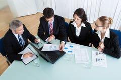 Reunión de negocios para el análisis estadístico Fotografía de archivo
