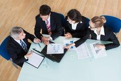 Reunión de negocios para el análisis estadístico Foto de archivo