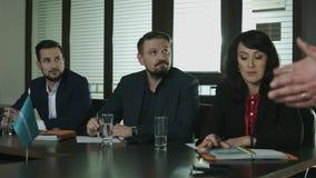 Reunión de negocios Presentación de socios Hombre de negocios tres metrajes