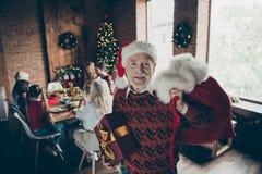 Reunión de Noel Abuelo gris-cabelludo alegre adorable agradable i fotografía de archivo