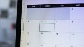 Reunión de planificación de la persona del negocio, haciendo la nota en calendario en línea, cita metrajes