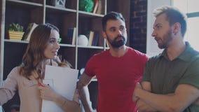 Reunión de reflexión acertada del equipo del negocio en la reunión en oficina creativa almacen de video