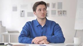 Reunión de reflexión adulta casual positiva de pensamiento del hombre en el trabajo almacen de metraje de vídeo