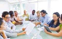 Reunión de reflexión del negocio en la mesa de reuniones Fotografía de archivo libre de regalías