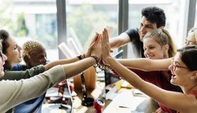 Reunión de reflexión del trabajo en equipo en sala de reunión foto de archivo libre de regalías